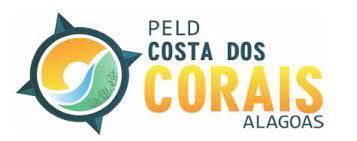 """Logomarca do PELD, num círculo contém o sol, o mar e o ambiente submarino, rodeado por uma rosa-dos-ventos. À sua direita há escrito """"PELD, Costa dos Corais, Alagoas"""""""